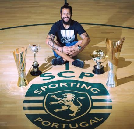 João Matos com os troféus conquistados pela equipa de futsal do Sporting CP na época 2015/16 Fonte: Facebook oficial de João Matos