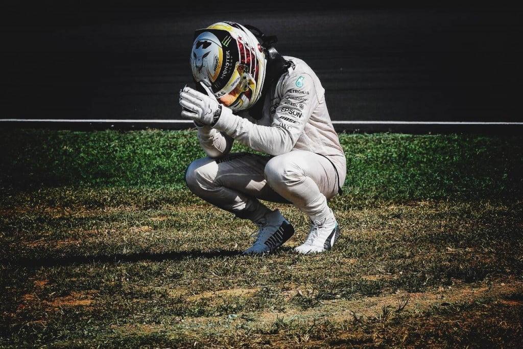 Lewis Hamilton mostrou-se inconsolável com o desfecho do GP da Malásia Fonte: Lewis Hamilton