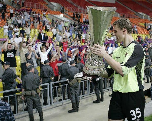 Akinfeev em 2005, com apenas 19 anos, depois de ter vencido a Taça UEFA ao serviço do CSKA Moscovo Fonte: bobsoccer.ru