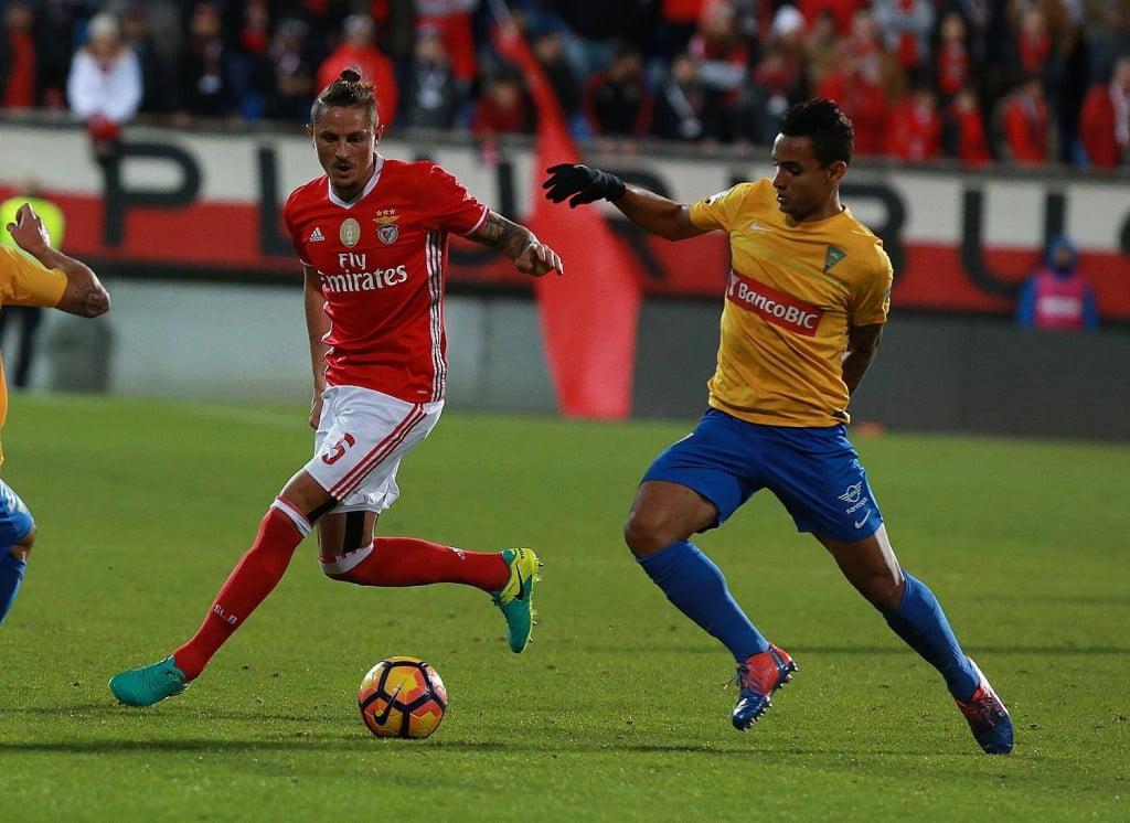 Fejsa tenta segurar as rédeas do meio-campo Fonte: SL Benfica