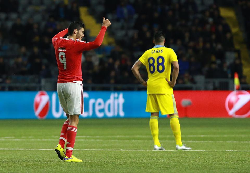 Raúl Jiménez na posição de herói. Marcou os dois golos frente ao Astana, após estar a perder por 2-0 Fonte: SL Benfica