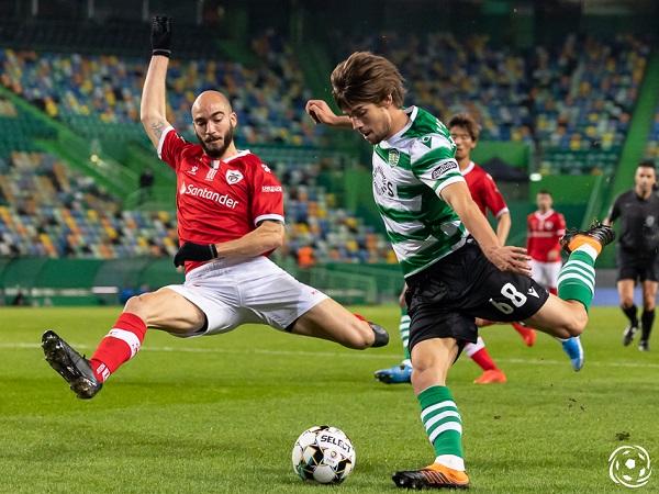 Sporting CP de sofrer, Bragança com a bola pronto para cruzar